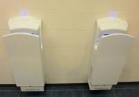 公共トイレのハンドドライヤーは周囲に細菌をばらまく?正しい使い方とは