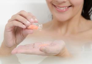 皮膚から有害物質が侵入? 貼り薬・塗り薬・入浴剤の使用には注意が必要