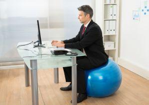 慢性的な腰痛持ちは「座り方」が悪い!腰に負担がかからない正しい姿勢とは?