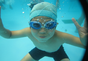 夏にピークをむかえる「プール熱」は大人にもうつるので注意が必要!!