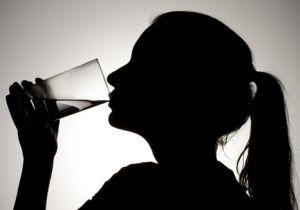 大量の水を飲まずにはいられない「水中毒」、死に至ることもあるその知られざる病理とは?