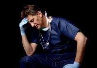 働けど働けど心も体もクタクタ! 体調不良をだれにも相談しない勤務医は53.3%も!