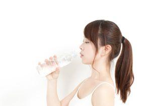 飲みかけのペットボトルを放置すると細菌が大増殖! 夏場は超危険