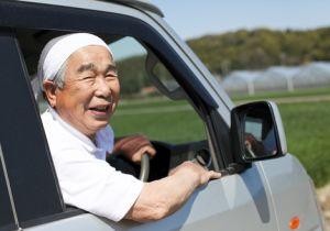 割引サービス、バスカード、無料配送~免許証返納で高齢者の暴走事故を防ぐ