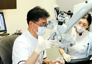 日本の歯科の医療費は桁違いに安い!歯科用顕微鏡による治療は自由診療で
