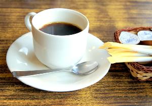 """なぜ、コンビニ""""挽きたてコーヒー""""にこだわっても、""""ミルクもどき""""に躊躇しないのか?"""