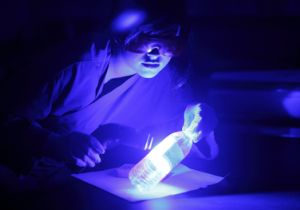 指紋、血痕、体液など肉眼で見えない痕跡を可視化! ALS(励起光源)の超透視力