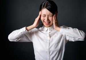 """タレントのおかもとまりさんが""""肩こり""""頭痛で救急搬送! 緊張性頭痛が増えている?"""
