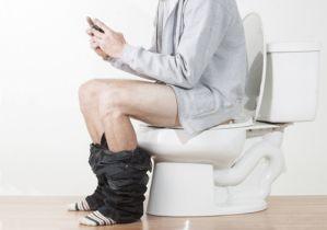 新生活習慣病? トイレにスマホ同伴が「3人に2人」~便座タイムの延長で「痔主」を誘発させる!