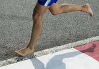 """「裸足」が潜在的な認知力を高める!? 現代人の""""退化""""は靴を履いてから始まった?"""