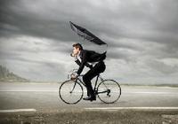 """梅雨時期に再燃か自転車の""""傘""""問題~保険加入よりも関心は「""""さすべえ""""は大丈夫?」"""