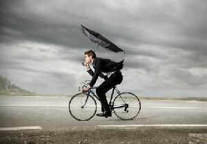 梅雨時期に再燃する自転車の「傘」問題 !〜「さすべえ」も危険行為に該当?