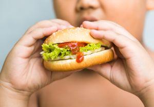 """親の""""情け""""が肥満児を食べすぎに走らせる!? 家族の「肥満」を正しく認識するには……"""