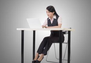 「座り過ぎ」を挽回する方法~ウオーキング会議、スタンディング・デスク、1時間の運動……