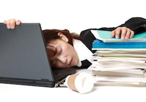 なぜ日本人は「公共の場」でも居眠りができるのか?平均睡眠時間は男性6.44時間、女性6.32時間!
