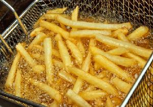 フライドポテトやポテトチップスに生じる多量の劇物 「アクリルアミド」の正体