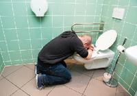 「急性アルコール中毒」での搬送が実は…… 意識障害と嘔吐の原因は別にあった!