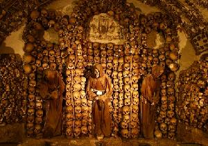 マルキ・ド・サドも絶賛!修道士ミイラと無数の頭蓋骨が並ぶカタコンベ(納骨堂)の先駆!