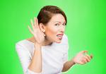 騒がしい場所で人の話しが聴きづらいのは脳のせい! 高齢者では聴力と脳の衰えのダブルパンチ