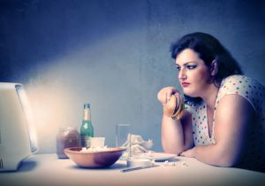太りたくなければ食事中はTVやスマホは消せ! 「ながら食べ」で肥満が4割も増加