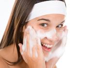 「洗い過ぎ」がシワや敏感肌の原因!「界面活性剤」が皮膚のバリア機能に悪影響を