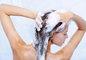 シャンプーで洗い過ぎるとフケに! 頭皮・髪の汚れ、加齢臭は「ぬるま湯」だけで大丈夫?