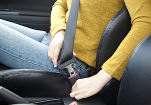 車が飛来! 東名高速事故で被害バスの死者はゼロ! 明暗を分けた「シートベルト」