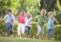 世界中で近視の人口が急増!近視対策には1日2時間以上の屋外活動が有効か?