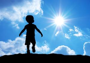 太陽光に含まれる「バイオレットライト」近視の進行を抑える可能性