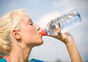 女性の尿路感染症を防ぐカギは「たくさんの水」米国では患者が年間1000万人以上
