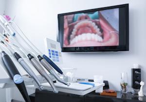 「顕微鏡歯科治療」とは何か?見過ごされていた奥歯の虫歯を顕微鏡で発見