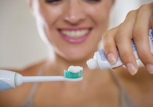 抗菌剤入り歯磨き粉を使い続けると健康被害!?歯磨き粉を変えても歯ブラシに残存