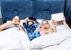 寝る子にスマホは触らすな!  就寝前のスマホ・ゲームで近視・肥満・睡眠障害に
