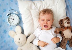 赤ちゃんの睡眠リズムを整えるには?体内時計を光や食事時間で調整