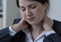 うつっぽい、疲れやすいなどの不定愁訴はスマホによる「首こり病」が原因!?