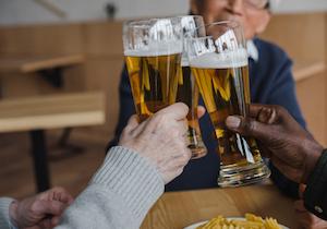 安全な飲酒量はない!?アルコール関連死280万人、がんの死亡リスクが酒量に比例!