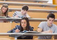 教室での席が成績に影響!?「友だち同士? 隅に一人?」気になる研究結果は……