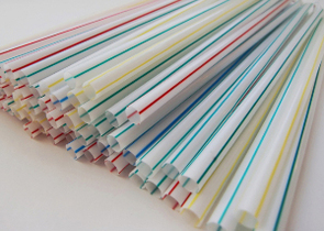 日本人の体からもプラスチックが発見された! プラスチックストローの廃止は本格化する?