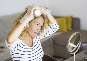プロ直伝! 自宅で白髪染めをするコツは? カラー剤の選び方も紹介