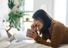 目元のしわやたるみ、長時間のPC作業も原因に! 効果のあるケアと生活習慣は?