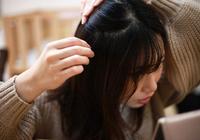 白髪を抜くと増えるのは本当? 分け目に生えるのはなぜ? 白髪に関する疑問に回答