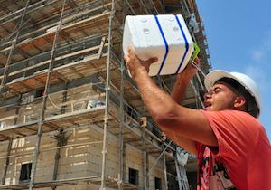 職場での「熱中症死亡者」の半数が建築業と製造業〜死者・重傷者は毎年400〜500人もの画像1