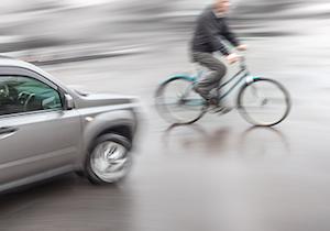 どうすれば自転車事故は減少するのか? 約半数が左右を確認をせずに交差点に進入の画像1