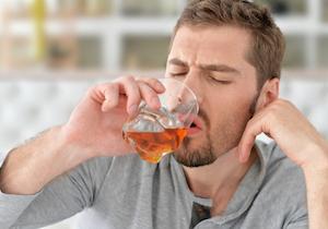 大酒飲みは「若年性認知症」のリスクが高い! 患者の半数以上が「アルコール使用障害」だと判明の画像1