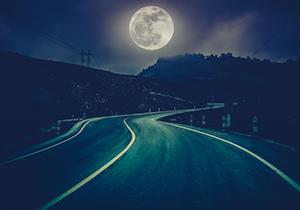 満月の夜は運転に注意を! 科学的に検証された月がヒトに及ぼす不思議な影響の画像1