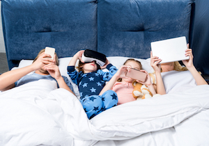 寝る子にスマホは触らすな!  就寝前のスマホ・ゲームで近視・肥満・睡眠障害に……の画像1