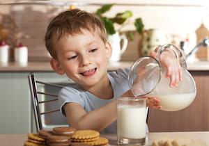 牛乳は本当に「子供の成長」に良いのか? 成分無調整の「日本の牛乳」ではカルシウム不足に!?の画像1