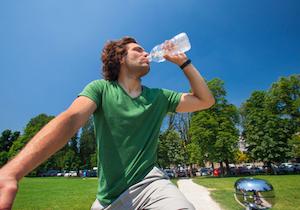 熱中症対策の水分補給は「喉が渇いたから」では遅い!脱水状態の危険だけでなく運動能力も低下の画像1