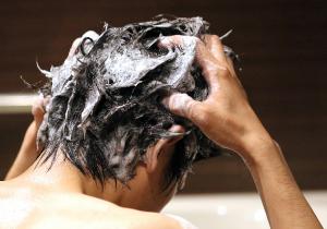 頭がくさい原因は? 短髪の男性でも自然乾燥はNG! 不快な臭いを防ぐ簡単セルフケアの画像1