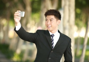 SNSに「自撮り」を大量投稿する男性はナルシストでサイコパス?の画像1